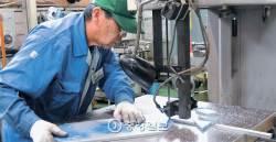 공장 직원 절반이 활기찬 '시루바' … 매출이 3배로 뛰었다