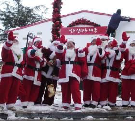 루돌프 대신 트랙터 탄 산타들…나주 이슬촌, 크리스마스 마을 변신