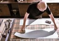 [Luxury&] '버버리 트렌치코트' 한 벌 제작에 3주…장인이 한 땀, 한 땀 160년 전통을 담다