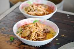 튀긴 삼겹살, 매운 닭고기 국수…친근하고도 독특한 맛