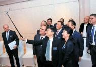 [사진] 중국기업가클럽 모임서 셀카 찍는 올랑드