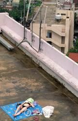 [사진기자 김성룡의 사각사각] 옥상 위 일광욕…장소, 뭣이 중헌디?