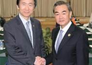 냉랭한 왕이, 환대하는 케리…고차방정식 직면한 한국 외교