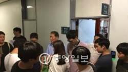 """외대 총학, 총장실 점거…""""박철 전 총장 명예교수 임용 반대"""""""