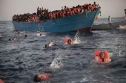 목숨 걸고 <!HS>리비아<!HE> 바다에서 헤엄치는 <!HS>난민<!HE>들