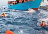 [사진] 바다 뛰어든 난민들 '더 빨리 이탈리아 땅으로'
