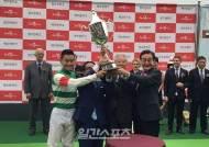 '경마 A매치' 1회 코리아컵 '크리솔라이트-슈퍼자키' 우승 영광 안다