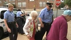 """美 102세 할머니 """"죽기 전 경찰에 체포돼봤으면…"""" 소원 성취"""