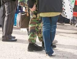[사진기자 김성룡의 사각사각] '깔깔이' 입은 여자와 루이비통 가방 든 군인