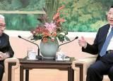 트럼프 메시지 들고 갔나, 시진핑·왕치산 환대받은 키신저