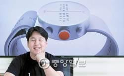 [2016 퍼스트펭귄] 스티비 원더가 '원더풀'…세계 최초 점자 스마트 워치