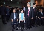 [포토 사오정] 추미애-김동철 자리…고민되네!