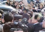 구미 간 문재인, 보수단체 시위에 25분간 발 묶여
