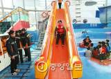 흔들리는 <!HS>선실<!HE>…갑자기 기우는 배, 7m 구조 슬라이드로 아찔한 탈출