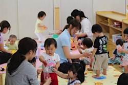 """<!HS>보육<!HE>원에 떨어졌다. 일본 죽어라!"" 1년 만에 돌아온 日 어린이집 <!HS>대란<!HE>"