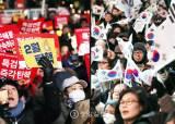 """촛불집회 """"연인원 70만명 광화문에""""…태극기집회 """"우리는 250만"""""""