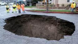 미국 LA 폭우로 싱크홀 … 차 2대 빠져