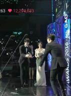 응원봉으로 '귀여운' 행위 예술하는 샤이니 팬들