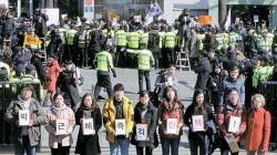 욕설·몸싸움·진입 시도 … 헌재 앞 아수라장