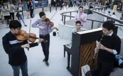 쟁쟁한 연주자들이 홍대 앞 거리에서 연주한 까닭