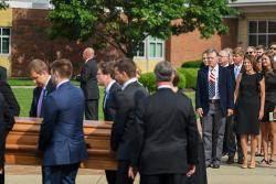웜비어, 4년 전 졸업생 대표로 섰던 고교서 장례식…2500명과 함께한 마지막 길