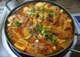 [이택희의 맛따라기] 진한 맛, 다양한 음식, 후한 인심 … 모래내시장 39년 밥집 '식이네집'