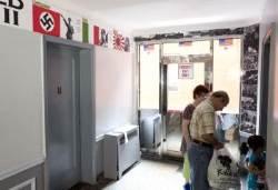 서니사이드 콘도 로비 전범 찬양물 설치 파문
