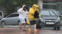 접이식 대신 긴 우산, 약속 취소하고 귀가…태풍 전야에 긴장하는 시민