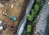 [서소문사진관] 폭우 끝에 대형 싱크홀, 가산동 아파트 주민 대피 소동