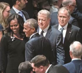 매케인 장례식에 부시·오바마·<!HS>클린턴<!HE> … 초대 못 받은 트럼프는 골프장으로