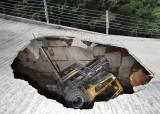 의정부 사패산에 5m 싱크홀…지게차 빠져 1명 부상