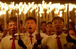 [서소문사진관] 횃불 들고 <!HS>김일성<!HE>광장에 모인 북한청년들