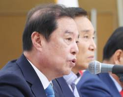 """김성태 """"집안 식구 아픈데 떡 사들고 평양가냐""""... 그룹 총수 북한 동행 비판"""