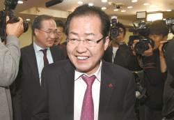 [e글중심] 한국당은 찬바람, 지지자는 큰절…'Again 홍준표'에 대한 네티즌 반응은?