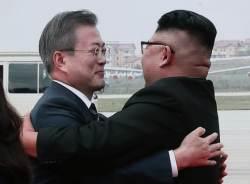 문대통령·<!HS>김정은<!HE>, 세 차례 뜨거운 포옹…'파격 환대'