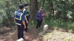 """""""아들 무덤 찾을 수 없다"""" 70대에 '추석 모자 상봉' 선사한 경찰"""