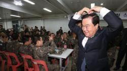 """논산 훈련소 찾은 문 의장 """"내가 이하늬 외삼촌"""""""