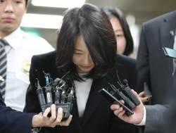 [사진] '집행유예' 귀가하는 조윤선…'법정구속' 김기춘