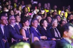 방탄소년단 파리 공연 관람한 문재인 대통령…RM과 포옹도