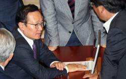 [<!HS>포토사오정<!HE>] 민주당 추천 헌법재판관<!HS>,<!HE> 가까스로 통과...표정 굳어진 홍영표