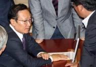[포토사오정] 민주당 추천 헌법재판관, 가까스로 통과...표정 굳어진 홍영표