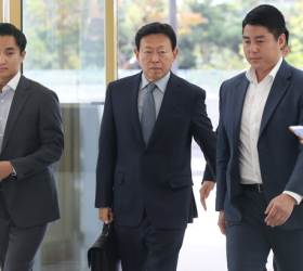 경영 복귀 <!HS>신동빈<!HE> 롯데 회장, 5년간 50조원 투자·7만명 고용 발표