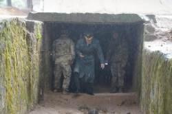 [서소문사진관] 북한군 초소 점검하는 한국 군인들...JSA 남북 비무장 검증완료하고 무장해제