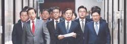 """김병준, 전원책에 최후통첩 … """"비대위 결정 안 따르면 해촉"""""""