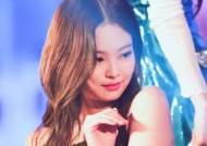 """Golden Goddess"" JENNIE's Dress for Her Solo Debut Performance"