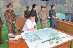 김정은, '화성-15호' 발사 1년만에 첨단무기시험 참관