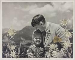 '연인'으로 불렸던 유대인 소녀를 안고 있는 <!HS>히틀러<!HE>