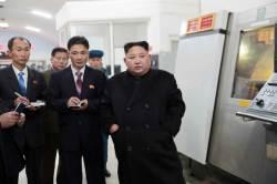 """<!HS>김정은<!HE> """"세상은 빠르게 발전해""""…평북 유리공장서 현대화 독려"""