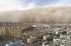 [사진] 25일 중국서 높이 100m 모래폭풍 … 어제·오늘 서울엔 황사