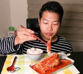 [<!HS>김치로드<!HE>] 매운<!HS>김치<!HE> 먹방 조회수 500만…유튜버 '홍사운드'